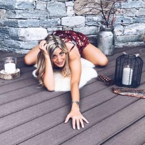 asana yoga ragazza bionda